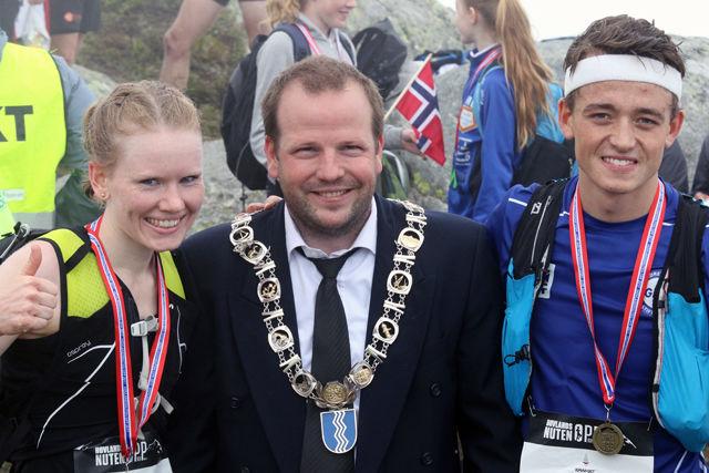 Ordførerene i Sauda, Asbjørn Birkeland  flankeres av vinnerne Karoline Holsen Kyte og Stian Øvergaard Aarvik på toppen etter fjorårets løp