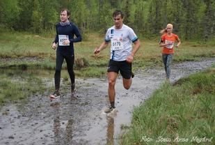 Tomas Northug i full fart så vannet spruter på Sagnyra mens Jose Souto tar vegen rundt. (Foto: Stein Arne Negård)