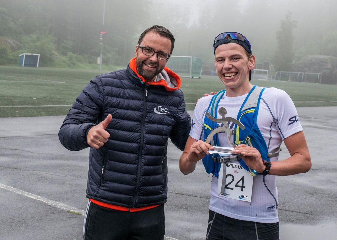 Ultraløpsvinner Håkon Andersen gratuleres av løpsleder Ove Haugen. (Foto: Arrangøren)