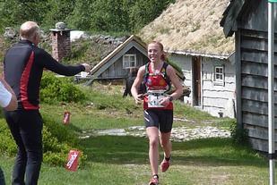 Eli Anne Dvergsdal får påfyll på Saftstasjon støylen i 2016. (Foto: Arrangøren)