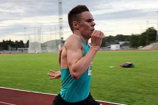 Erik Lomås har hatt litt av et comeback på løpebanen denne sesongen. Her spurter han inn til seier og 30.21,45 på Stadionmila i Kristiansand. (Foto: arrangøren)