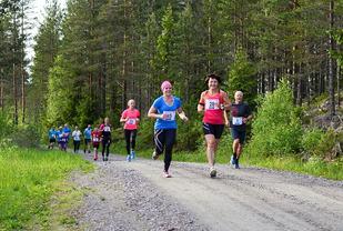 Tina Østgård (45), Brith AstridDuelien Myrvold (28) og Morten Brænd (25) side om side tidlig i løpet. (Foto: Lena Pettersen)