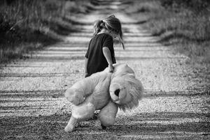 Trist jente med bamse illustrasjonsbilde for Vold og overgrep dinutvei.no.JPG