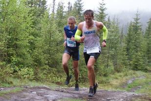 Ola Korbøl i aksjon i Birkebeinerløpet på lørdag sammen med Eirik Richenberg (137) der han løp inn til 12. plass på 1.15.32. (Foto: Stein Arne Negård)