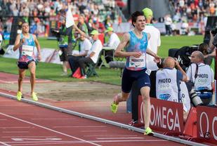 Jakob Ingebrigtsen løp over mål på ny verdensrekord for 16-åringer - og med god avstand bakover til resten av feltet. (Foto: Sylvain Cavatz)