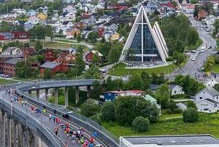 Tromsøbroa og Ishavskatedralen er to av de stora attraksjonene underveis i maratonløypa til Midnight Sun Marathon. (Foto:Truls Tiller)
