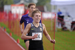 Simen Halle Haugen spurtbeseirer Kristian Tjørnhom og vinner 3000 meter.