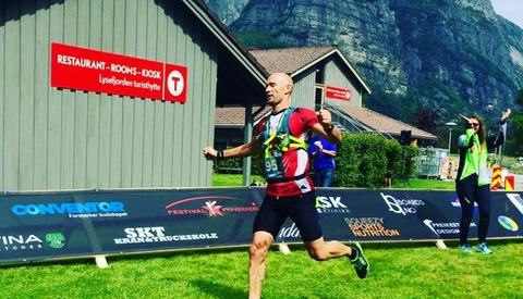 Ørjan Ravndal løper i mål til seier og ny løyperekord. (Foto: Arrangøren)