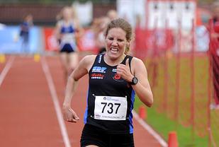 Maria Wågan fra Namdal Løpeklubb spurter inn til en solid seier på 3000 meter i Tyrvinglekene.