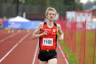 16 år gamle Stian Birkeland fra Skjalg IL kommer først i mål på feltet for alle gutteklassene fra 16 til 20 år.