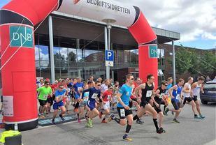 Fra starten på 10 km med vinneren Ola Korbøl helt til høyre i bildet. (Foto: Uno Arnesen)