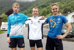 Pallen i herreklassen. Vinnaren Erling Hisdal i midten, til venstre Ketil Monssen (nr. 2) og til høgre Anders J. Kjærevik (nr. 3). (Foto: Bjarte Vik)