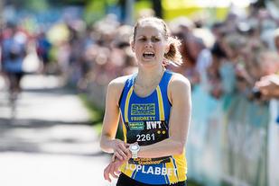 Heidi Pharo stanser klokka på 36.10 og vinner Karlstad Stadslopp. (Foto: Fredrik Karlsson / Solstafoto)