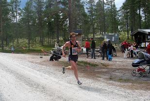 Egil Skarpsno inn til en av sine ni seire på halvmaraton i Femundløpet i 2006.