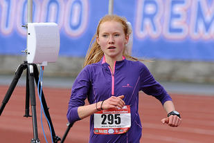 Adele Henriksen vinner 5km i Head Energy Sommerkarusellen.