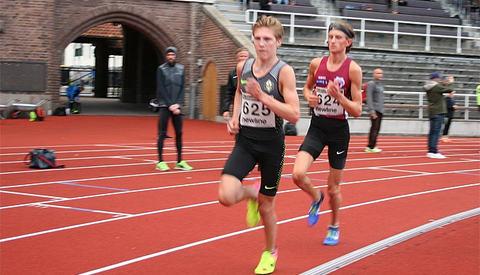 Simen Halle Haugen leder an foran Oliver Vedvik på 10 000 meteren på Stockholm Stadion. (Foto: arrangøren)
