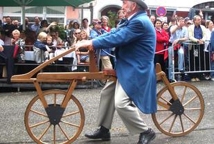 Gå-sykkelen som ofte regnes som den moderne sykkelens far, draisine fra 1817 Foto: Andreas Praefcke , Wikipedia