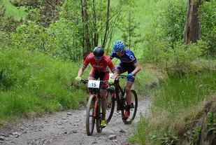 Fredrik Stephansen (15) og Eirik Fiskvik (21) har stukket fra forfølgerne etter Savalen. (Foto: Team Trek Sparebanken Hedmark)