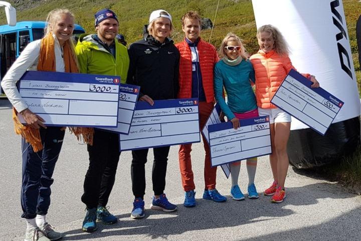 Seks smilende vinnere: Sylvia Nordskar (nr 1), Thomas Fenne (nr 3), Sondre Øvre-Helland (nr 1), Fredrik Eliasson (nr 2), Therese Sjursen (nr 2) og Julie Aspesletten (nr 3). Foto Gerard Cornelissen