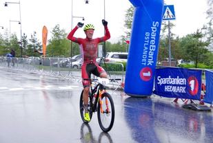 Thomas Engelsgjerd, Halden CK/Swix Hard Rocx jubler for seier og ledelse med tre minutter sammenlagt etter 2. etappe av TransØsterdalen. (Arrangørfoto)