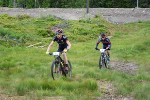 Vinneren Lars Granberg fulgt av treeren Ole Dalsjø ved passering Gåsbu etter ca. 37 km. (Foto: Stein Arne Negård)