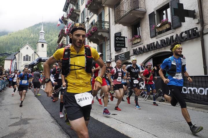 Ut fra start i Chamonix sentrum i historiens første utgave av Duo Ètoilé i Mont Blanc Marathon. (Foto: Bjørn Johannessen)