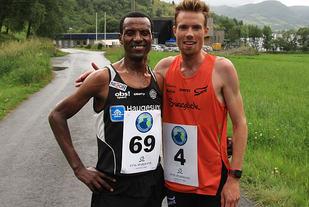 Duellen: Ørjan Grønnevig (th) og Urige Buta, to av Norges beste løparar, kjempa om seieren i det første Vatnet Rundt.