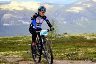 Anne Cathrine Hansen på Skagerak SK's vinnende mix-lag i storslått natur mellom Tynset og Koppang søndag. (Foto: Jon Olav Nygård)