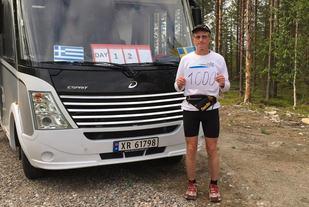 Henry ved bobilen som følger han på turen etter dag 12 da han passerte 1000 km.