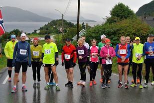 Fra starten på de lengste distansene i  det første Sekken Maraton i 2015. Løperne på bildet springer da enten en eller to runder rundt øya. Foto: arrangør