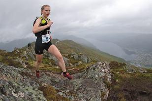 Karoline Holsen Kyte, Førde IL svever over siste stein før mål. Foto: Martin Hauge-Nilsen
