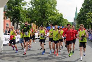 Her løper Team Lerøy Hitra samlet over mål : Foto : Arne Brunes/ Kondis