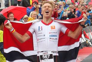Seier på hjemmebane: Allan Hovda representerer Haugesund Triatlonklubb og kommer fra Sveio, der det meste av sykkeldelen i Ironman 70.3 Haugesund går. Ingen tvil om at det var populært med endelig en hjemmeseier i den siste 70.3-konkurransen i Haugesund. (Foto: Kjell Vigestad)