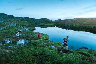 Henning i nattemørket som ikke var veldig mørkt, ved Storfiskvatnet. (Foto: Kyle Meyr)