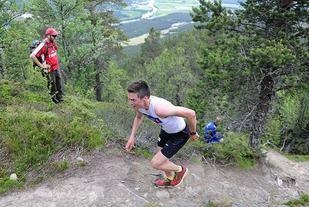 Vegard Bjørn Gjermundshaug distanserte de to utfordrene Petter Austberg Bjørn og Ole Martin Storlien i de siste bratte kneikene og forbedret Tor-Einar Wahls rekord fra 2015 med hele 2 minutter og 24 sekunder. (Foto: Ivar Thoresen/alvdalmiv.no)
