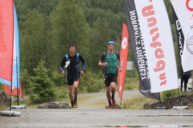 Langrennsløperen Anders Myrland fra Skogn, til venstre i bildet, blei nummer to i Hornindal Rundt, lang løype. Studenten ved NTNUI, Eivind Klokkehaug fra Ørskog, til høyre, tok seieren i dette tøffe fjelløpet under vanskelige forhold