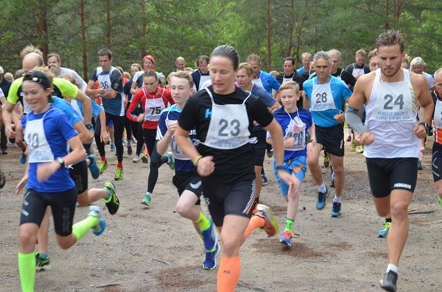 STARTEN. Tobias Skretting (10), Martin Flismyren (23) og Ola Korbøl (24) tar teten ut fra start.  Foto: Erik Øsmundset