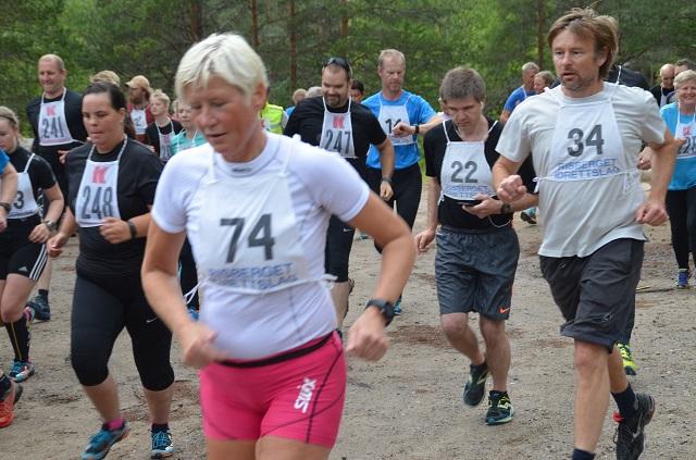 I GANG. Marit Hauge (74), Stian Karlsmoen (22) og Bjørn Håkon Håkonsen (34) legger i veg. Foto: Erik Øsmundset