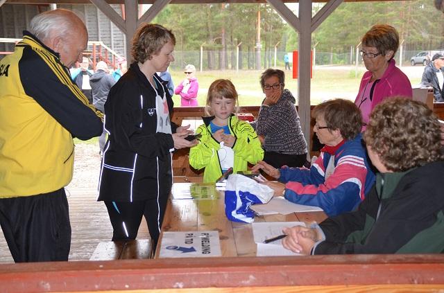 PÅMELDING. Fra venstre Anne Karin Øsmundset, Bjølrg Risberg og Ann-Heidi Rundberget tar i mot påmeldinger fra blant andre Steinar Bråten.  Foto: Erik Øsmundset