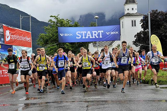 Starten i konkurranseklassen i fjorårets Kvasshovden Opp som starter i Ulvik (Foto: arrangør).
