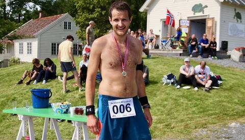 Erik Fuglseth fra Molde hadde tatt fergeturen over til øya Sekken i Romsdalsfjorden for å springe sitt første maraton. Det gikk så pass godt at han vant heile løpet.