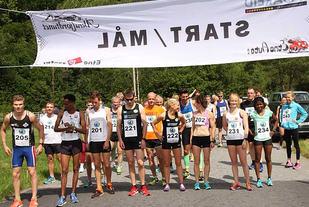 Drøye 50 løpere klar for å løpe 7543 meter rundt Litledalsvatnet i Etne. Totalt var det litt over 70 deltakere.