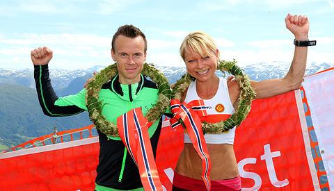 Johan Bugge og May Britt Buer jubler over norgesmesterskap. (Foto: Arne Dag Myking)