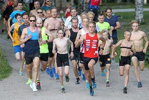 Mange bare overkropper da starten gikk for det 485. Sognsvann Rundt Medsols onsdag kveld. Foto: Kjell Vigestad