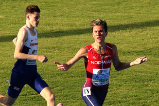 Jakob Ingebrigtsen tar en komfortabel seier i forsøksheatet på 1500 meter under U20 EM i Grosseto, Italia.