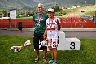 Geir Jensen og Signy Henden Rustlie etter målgang på sine 100 maratonløp under Hornindalsvatnet Maraton