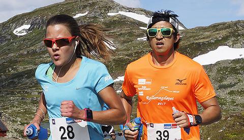 En periode underveis på 2. dag av Rallarvegsløpet holdt totalvinnere av Rallarvegsløpet, Nicoline Baartvedt og Håkon Urdal, følge. (Foto: Bjørn Johannessen)