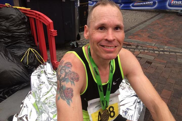 Øyvind Wang etter fullført Midnight Sun Marathon 2017, der han perset med 2:51:40 (Foto: Emmy Olivia Wang)