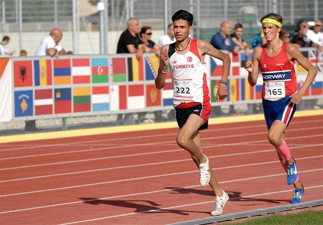 Lars Agnar Hjelmeset løp inn til sølv, bak Omer Amactan fra Tyrkia. (Foto: EYOF)