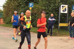 Weder (rød trøye) på en av etappene i DeuthlandLauf. (Foto fra Weders fb-side 19. juli)